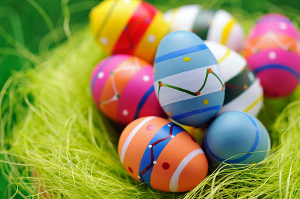 Uova di Pasqua decorate in versione multicolore