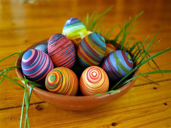 Uova di Pasqua decorate con spirali multicolore