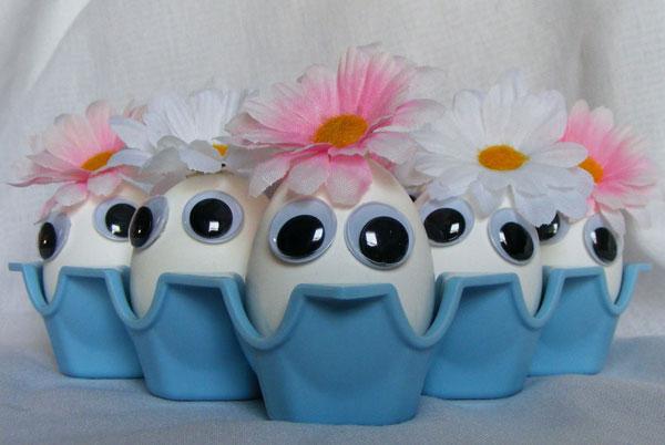 Uova di Pasqua decorate con buffi visi