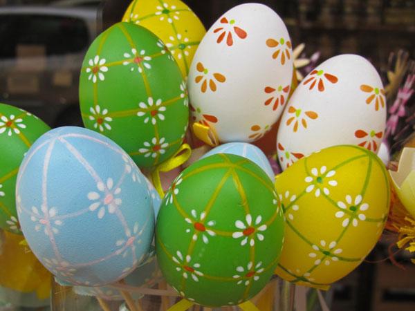 Uova di Pasqua decorate con fiorellini di campo