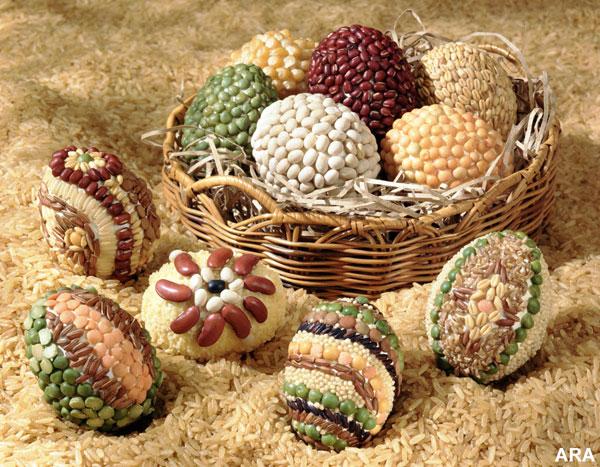 Uova di Pasqua decorate con semi e legumi