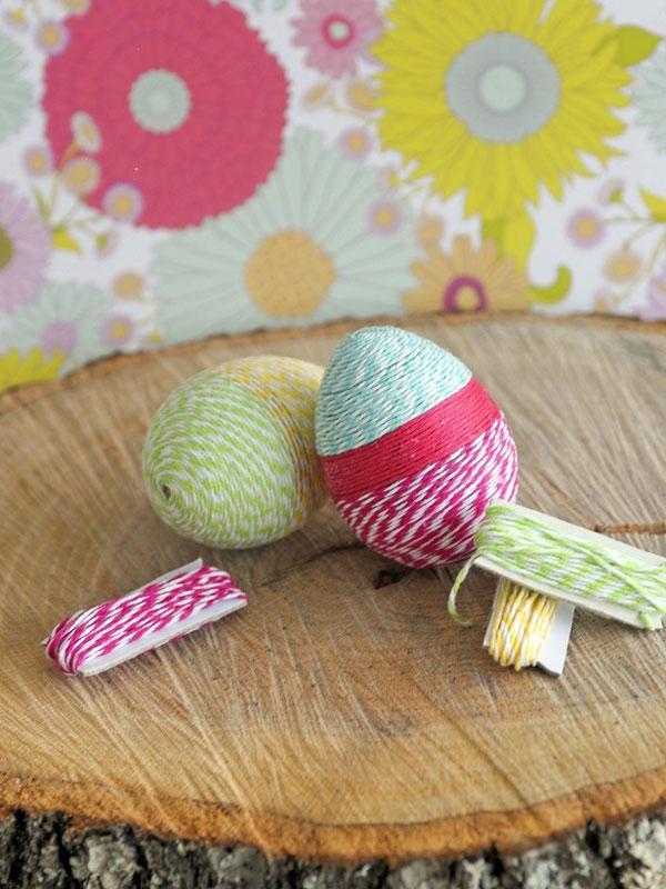 Uova di Pasqua decorate con filo di lana