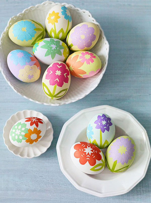 Uova di Pasqua decorate con fiori multicolore