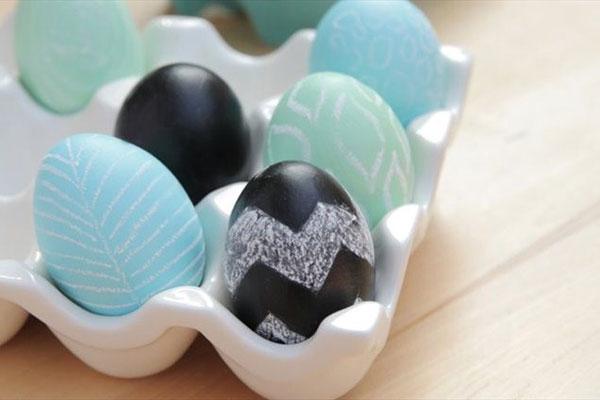 Uova di Pasqua decorate in stile elegante e stilizzato