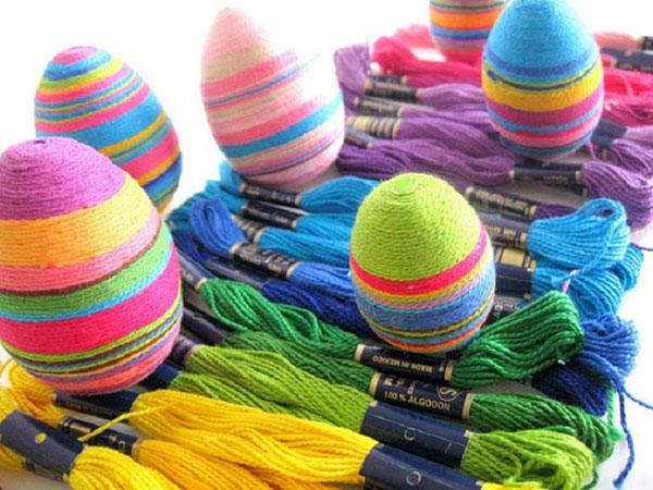 Uova di Pasqua decorate con filo di cotone colorato