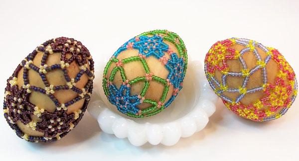 Uova di Pasqua decorate con rete di perline