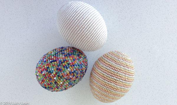 Uova di Pasqua decorate con perline colorate