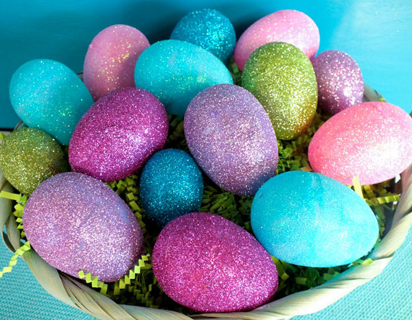 Uova di Pasqua decorate con glitter