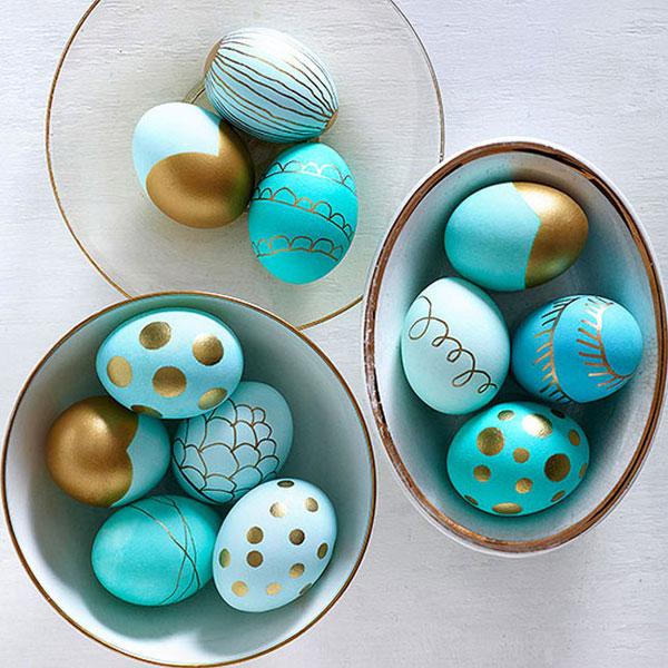 Uova di Pasqua decorate nelle tonalità del celeste e dell'oro