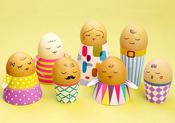 Uova di Pasqua decorate con corpi e visi