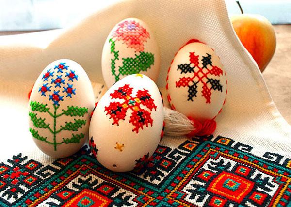 Uova di Pasqua decorate a punto croce
