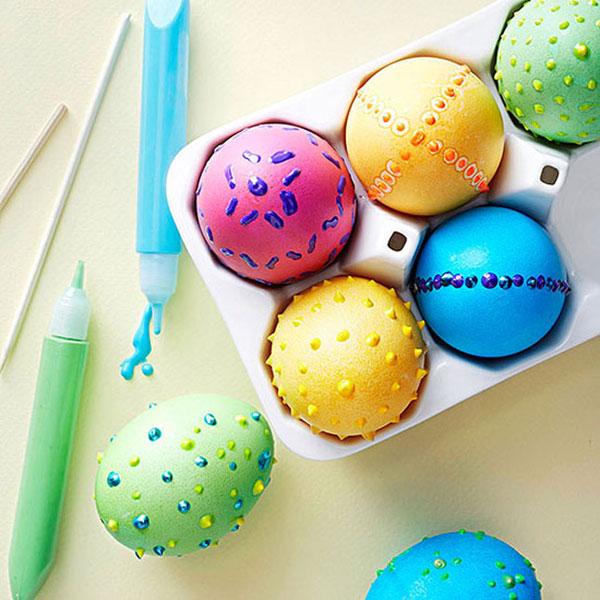 Uova di Pasqua con decorazioni in rilievo