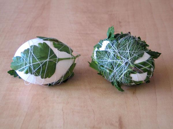 Uova di Pasqua decorate con foglie e filo