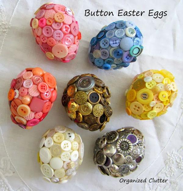 Uova di Pasqua decorate con bottoni colorati