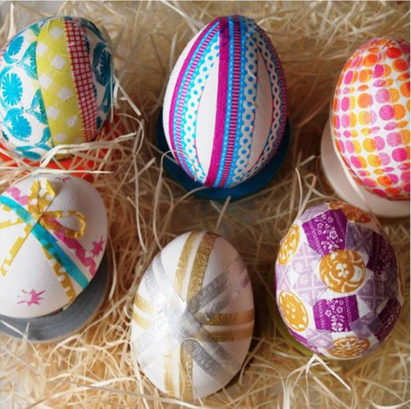 Uova di Pasqua decorate con carta regalo