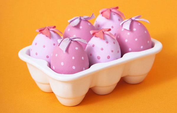 Uova di Pasqua decorate nelle tonalità del rosa con fiocchi