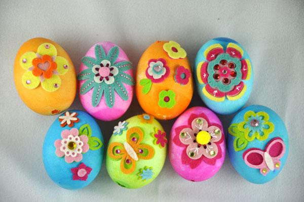Uova di Pasqua colorate e decorate in feltro