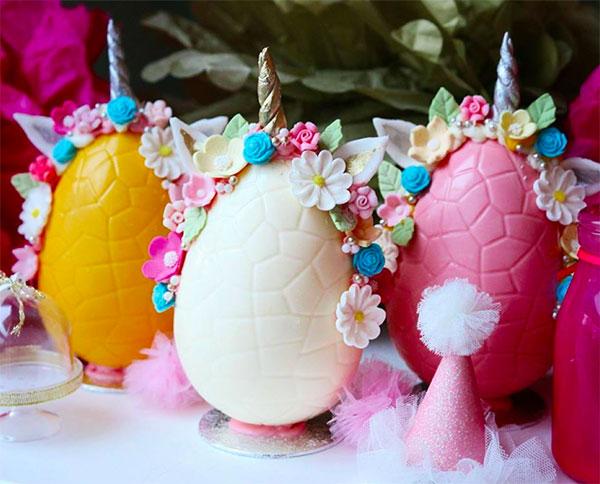 Uova di Pasqua decorate con fiorellini