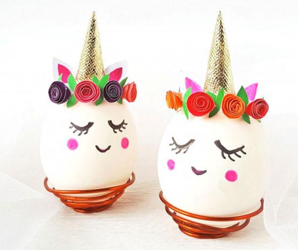Uova di Pasqua decorate a unicorno