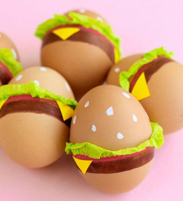 Uova di Pasqua decorate ad hamburger