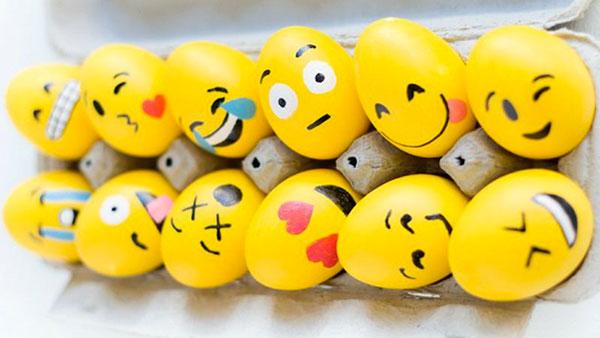 Uova di Pasqua decorate ad emoticon