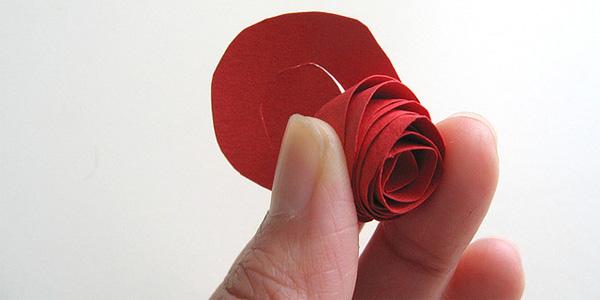Rosa realizzata con il cartoncino colorato