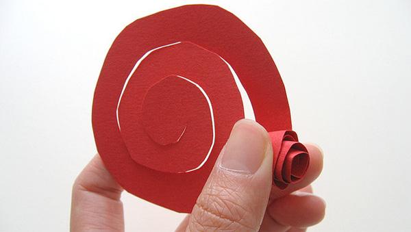 Come piegare la carta per creare delle rose fai da te