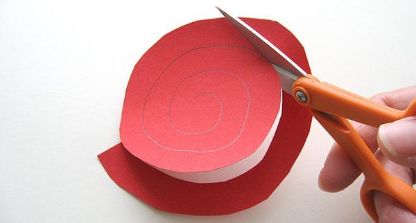 Ritaglio della spirale per creare le rose di carta
