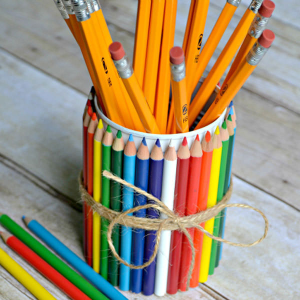 Portapenne decorato con matite colorate