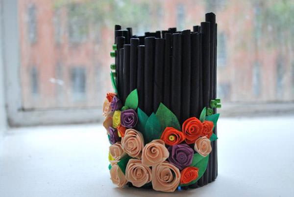 Portapenne con cannucce e fiori