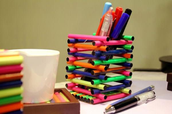 Portapenne con bastoncini colorati