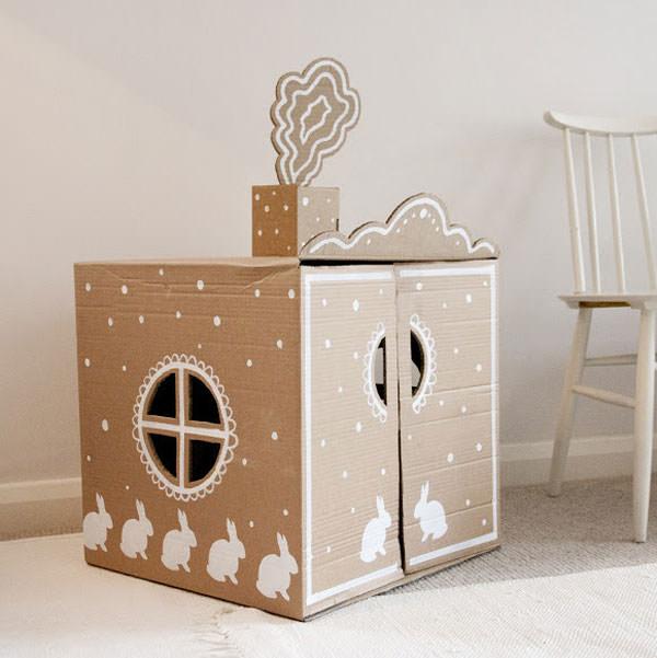 Casetta di cartone con camino e coniglietti