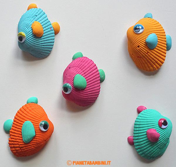Pesci tropicali da creare con i bambini usando le conchiglie