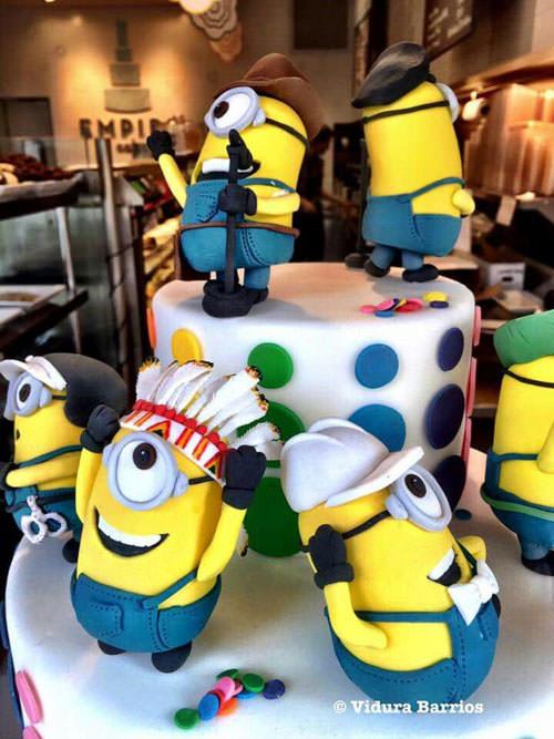Torta dei Minions con decorazioni in pasta di zucchero n.02