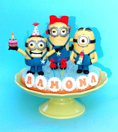 Torta dei Minions con decorazioni in pasta di zucchero n.62