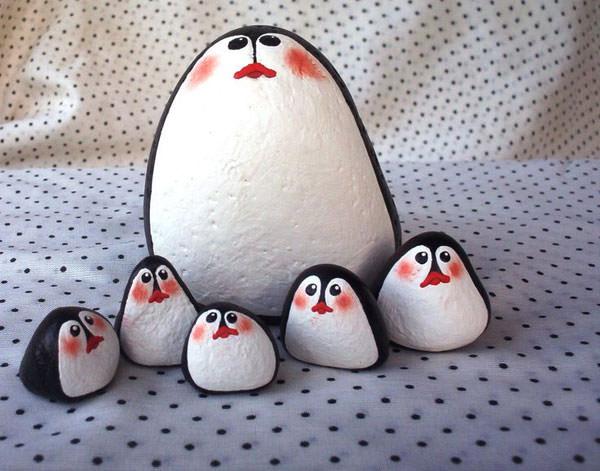La famiglia di pinguini da creare con i sassi