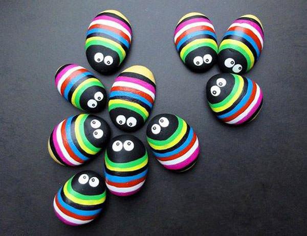 Coccinelle multicolore con i sassi