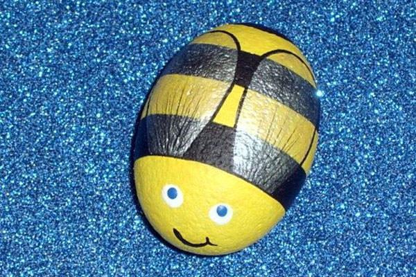 Come creare un'ape con i sassi