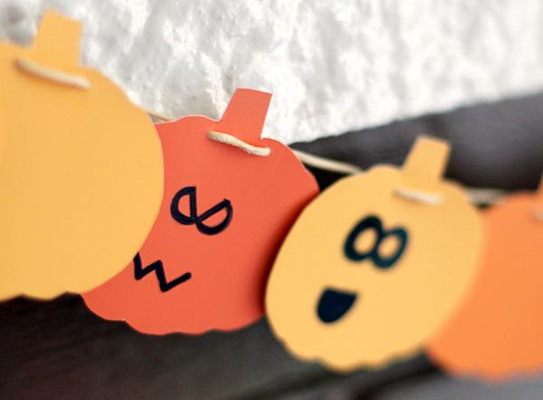 Volti delle zucche decorati per il festone di Halloween