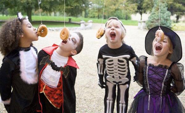 Il gioco delle ciambelle volanti per Halloween
