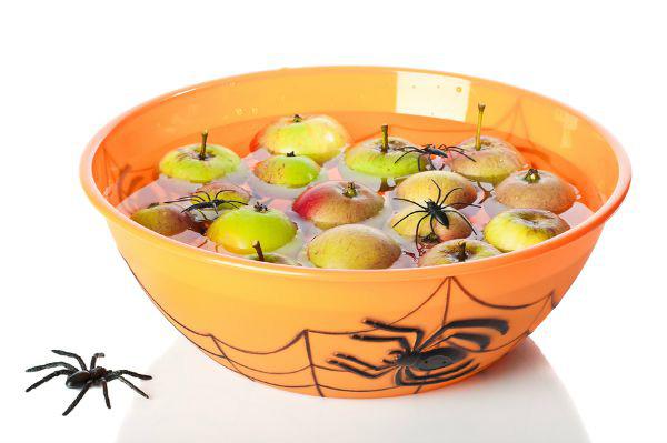 Gioco delle mele galleggianti per Halloween
