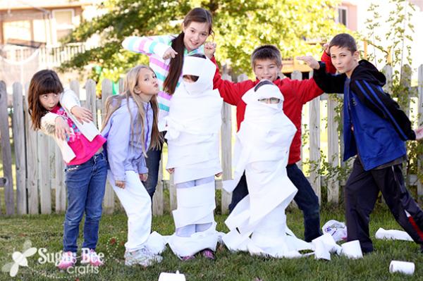 Il gioco della mummia di carta per Halloween