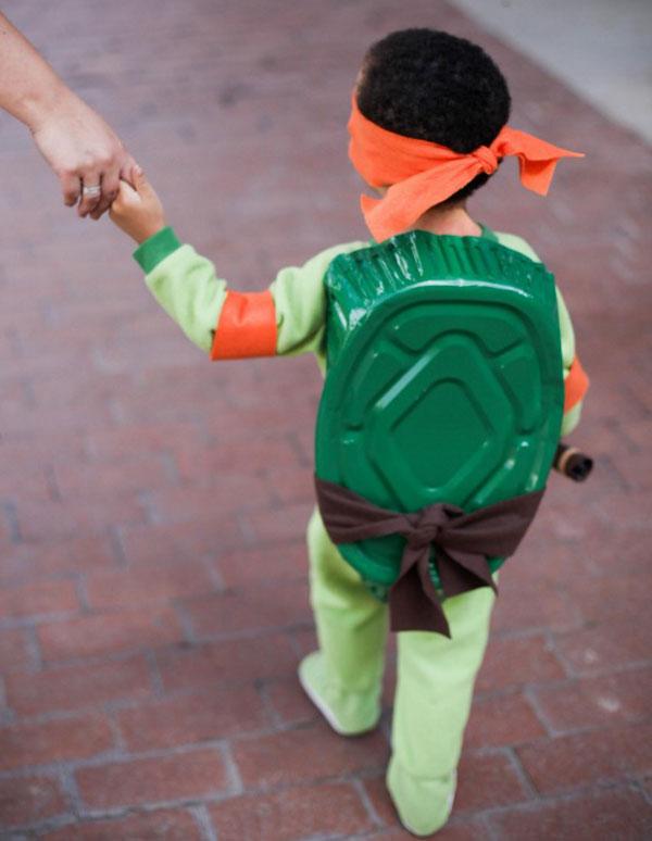 Retro del costume delle Tartarughe Ninja fai da te con guscio