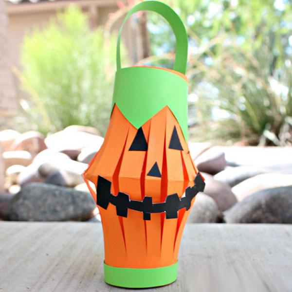 Zucca di Halloween con rotoli di carta