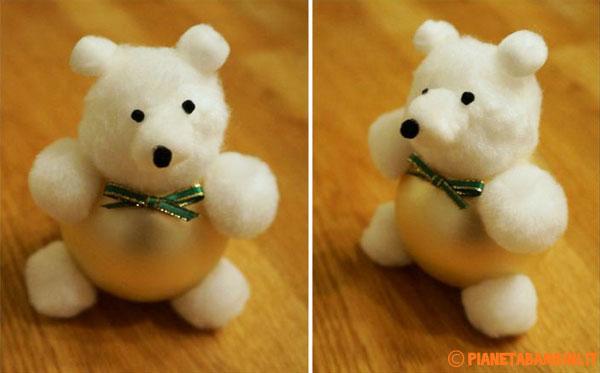 Aggiunta del fiocchetto all'orsetto natalizio