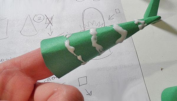Come creare gli alberi del villaggio natalizio di carta