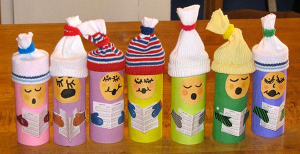Come creare un coro natalizio con rotoli di carta