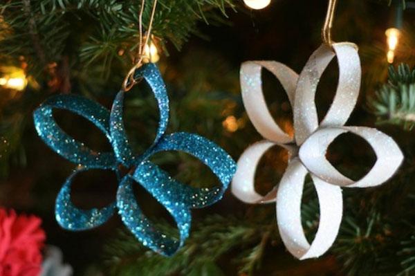 Come realizzare decorazioni per l'albero di Natale con rotoli di carta