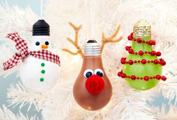 Idee per decorazioni natalizie con lampadine usate n.1
