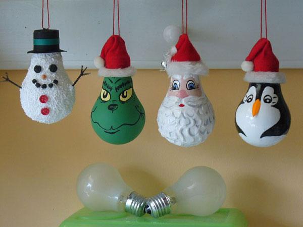 Idee per decorazioni natalizie con lampadine usate n.2